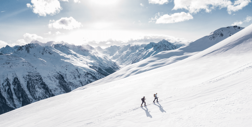 Content-Fotos_Small_0012_two-man-hiking-on-snow-mountain-869258