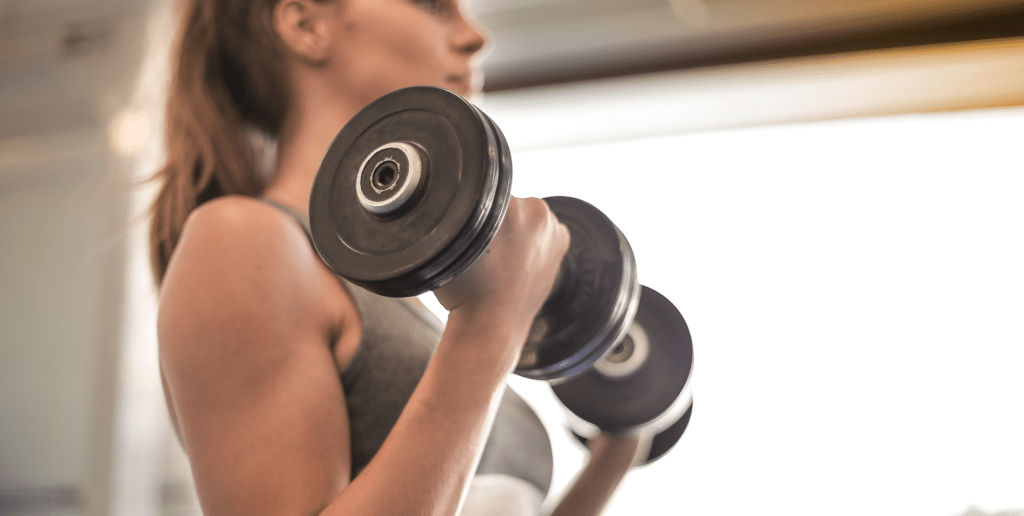Content-Fotos_Small_0040_woman-in-gray-sports-bra-holding-black-dumbbell-3757376