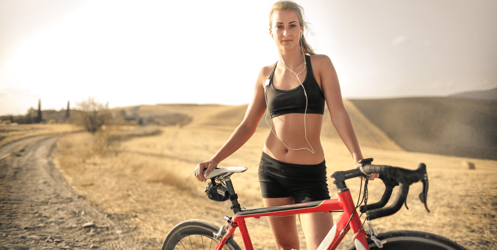 Content-Fotos_Small_0050_confident-athletic-woman-with-bicycle-on-countryside-road-3771805