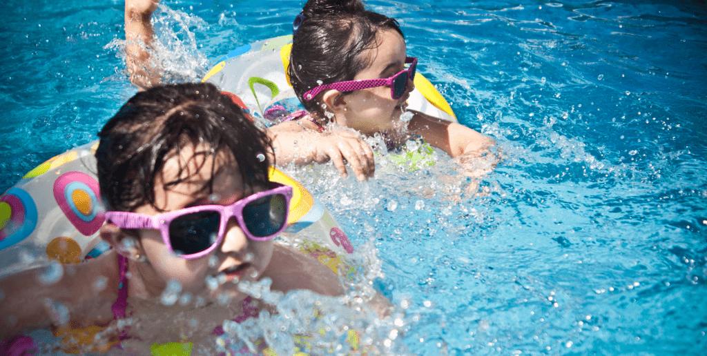 Content-Fotos_Small_0054_sunglasses-girl-swimming-pool-swimming-61129